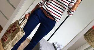 Gestreifter Pullover mit Freizeithose und weißen Tennisschuhen